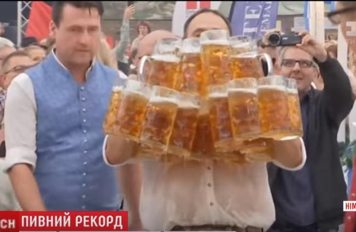 Новый рекорд. Баварский кельнер пронес одновременно 29 бокалов пива. По литру каждый