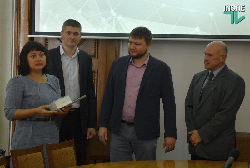 В Николаевском горсовете вручили смартфон за 10-тысячный билет на оплату проезда в общественном транспорте через QR-код