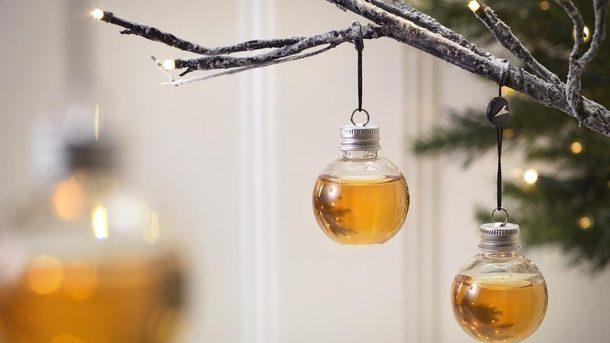 Скоро, скоро Новый год. В продаже появились елочные шары с джином, виски и водкой