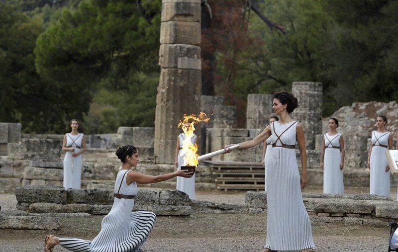 Зимняя Олимпиада-2018 в Южной Корее: греческая актриса Екатерина Леху зажгла Олимпийское пламя перед храмом Геры