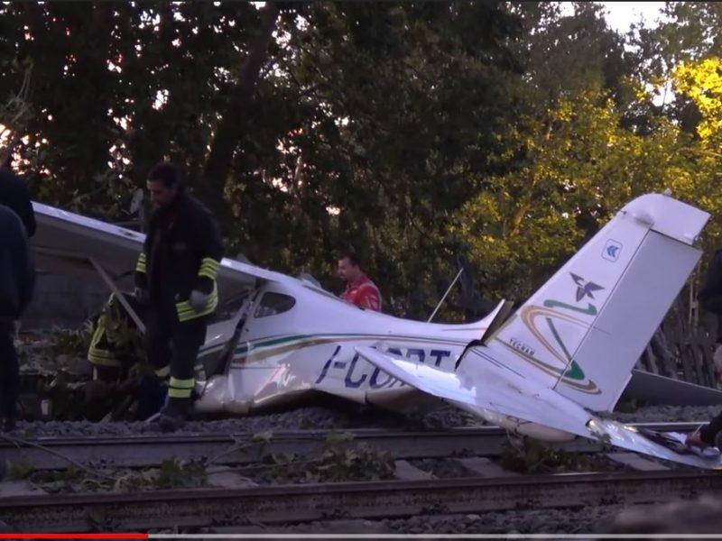 В Риме самолет упал на железную дорогу. Двое раненых, поезда не ходят