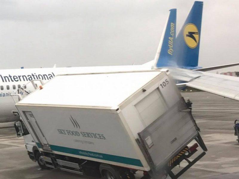 В Борисполе Boeing столкнулся с грузовиком