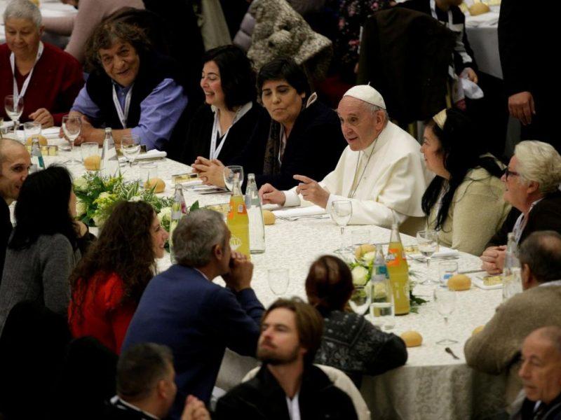 Венецианский сыр, телятина с овощами и тирамису: с Папой Римским Франциском отобедали около 4 тыс. бедных людей из разных стран мира