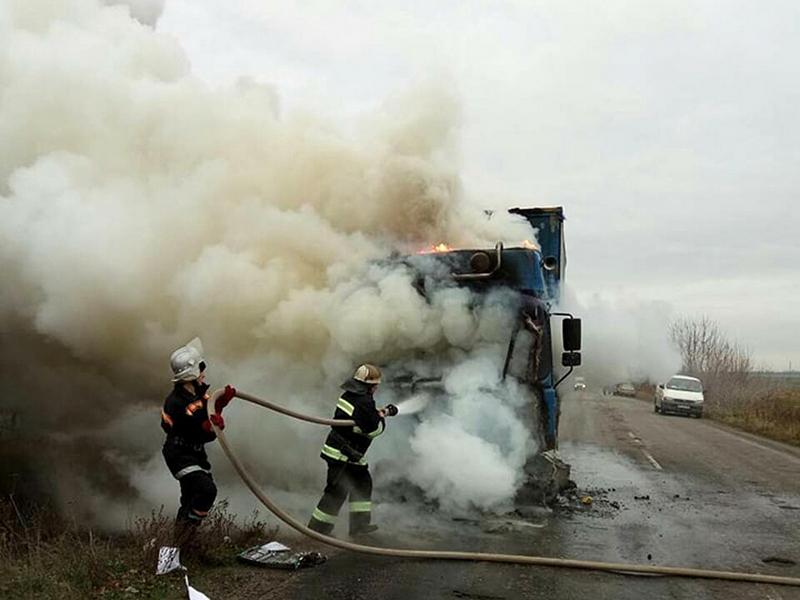 В Николаевской области на трассе вспыхнул грузовик MAN