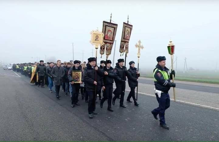 Российские гаишники провели крестный ход против ДТП