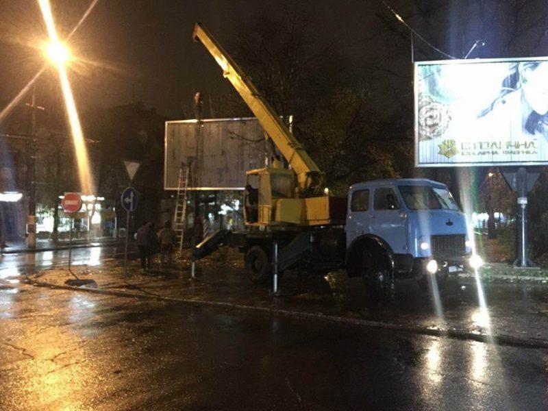 В Николаеве два незаконных бигборда демонтировали, а Варваровский мост «очистили» от незаконной рекламы еще до конца дня