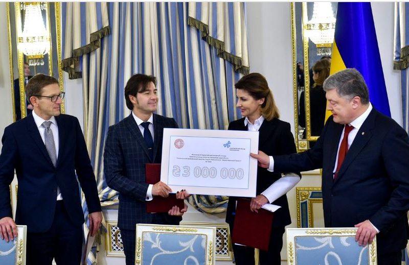 Чета Порошенко на организацию конкурса для создания Музея Революции Достоинства передала сертификат на 3 млн.грн.