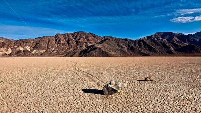 Блуждающие камни Долины Смерти: ученые считают, что раскрыли секрет одного из самых необычных природных явлений Земли