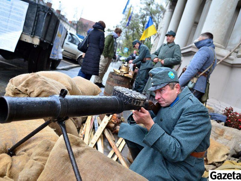 Львовскую ОГА захватили сечевые стрельцы с пушкой и пулеметом