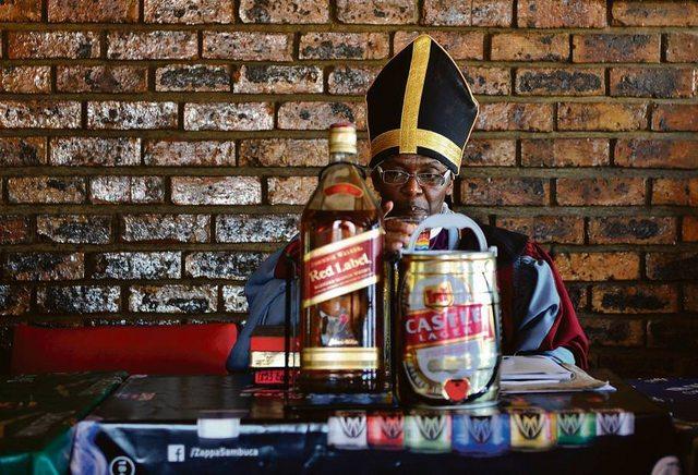 """Не там начинают: в ЮАР набирает популярность церковь """"святого распития"""""""