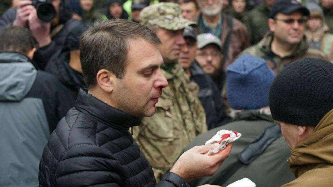 Толпа избила советника руководителя МВД Украины Шкиряка уздания суда вКиеве