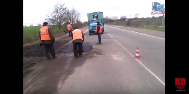 Оказывается, работает! На Николаевщине залатали яму, из-за которой «Правый сектор» намеревался перекрывать трассу на въезде в Первомайск