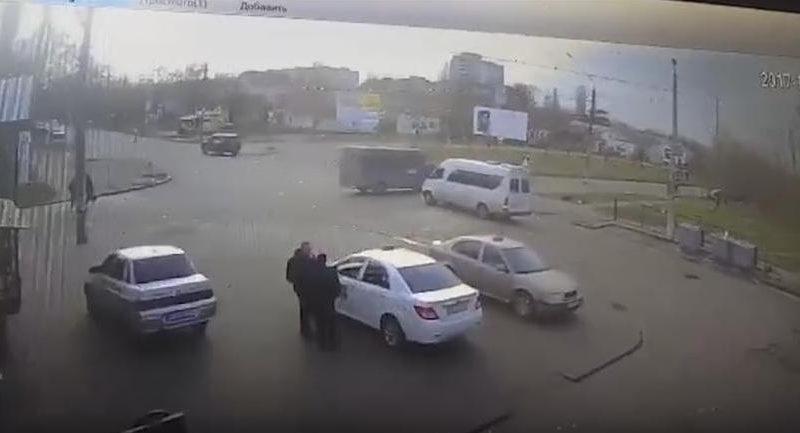 В Николаеве ВАЗ врезался в микроавтобус – 8 молодых людей в возрасте от 16 до 18 лет пострадали