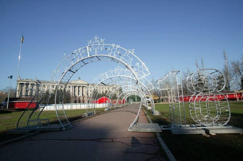 В Николаеве начали монтировать Главную елку