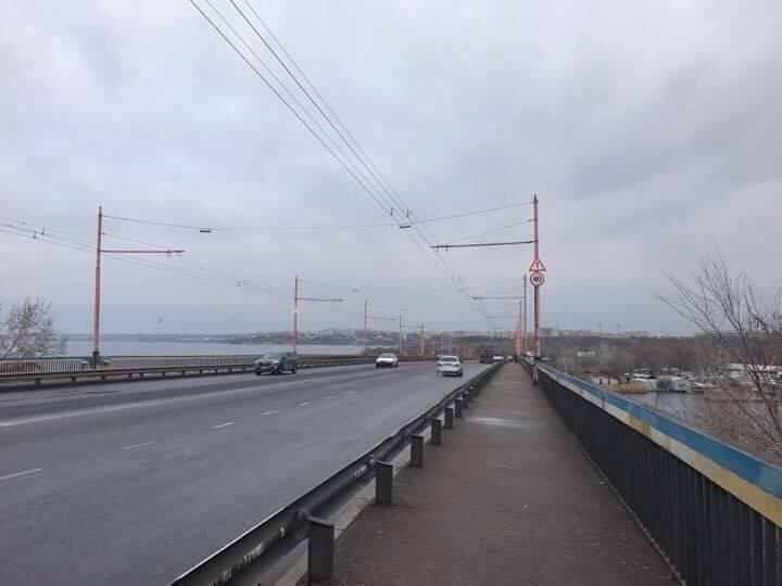 В Николаеве Ингульский мост очистили от рекламы 1
