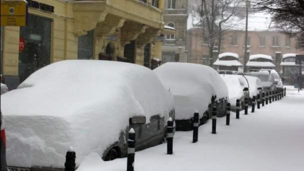 Скоро у нас? Западную Украину замело, движение грузовиков ограничено
