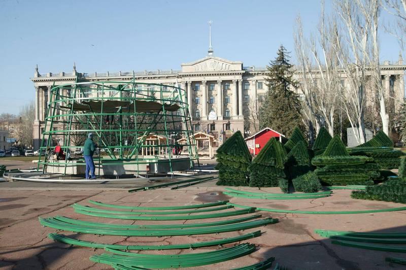 В Николаеве начали монтировать Главную елку 3