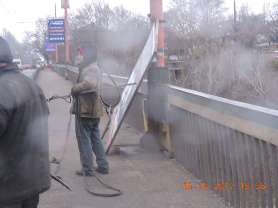В Николаеве Ингульский мост очистили от рекламы 3