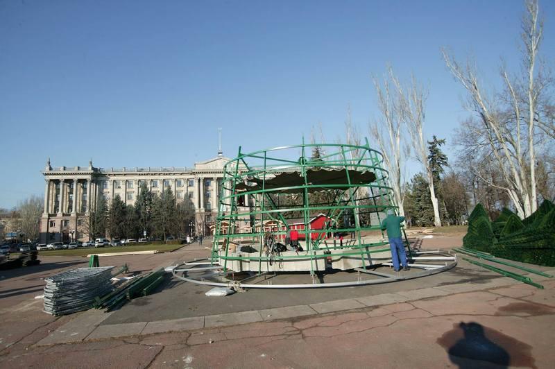 В Николаеве начали монтировать Главную елку 5