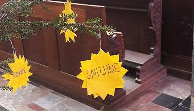 В Чехии елку украсили рождественскими звездами с названиями городов Донбасса