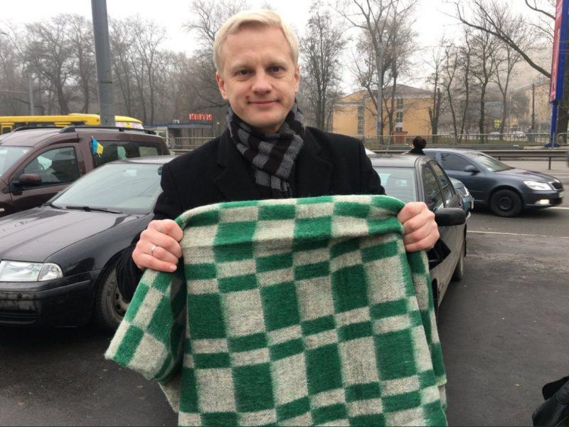 Автомайдановцы привезли к дому Луценко одеяло, в ГПУ обозвали их грантоактивистами