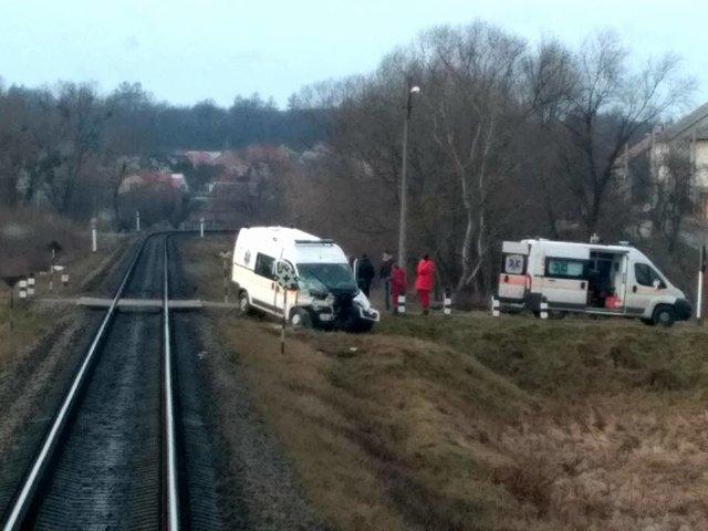 Под Львовом скорая попала под поезд. Пострадавших увезла другая скорая