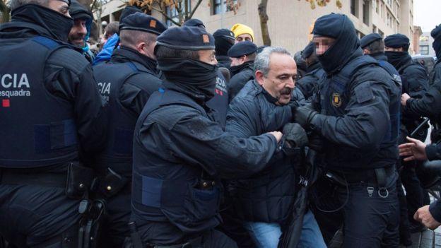 Милиция разогнала дубинками демонстрантов, собравшихся умузея вгороде Льейда