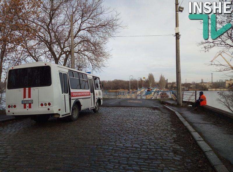 Работники КП «ЭЛУ автодорог» вместе со спасателями откачивают воду из понтонного моста в центре Николаева
