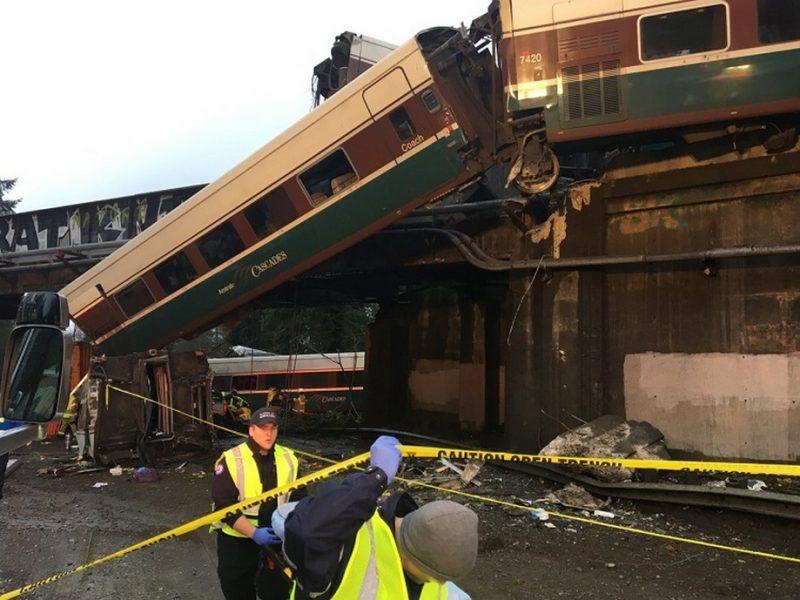 В США пассажирский поезд рухнул с моста на автотрассу