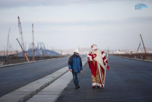 Новый год досрочно? На строительство Керченского моста привезли Деда Мороза 3
