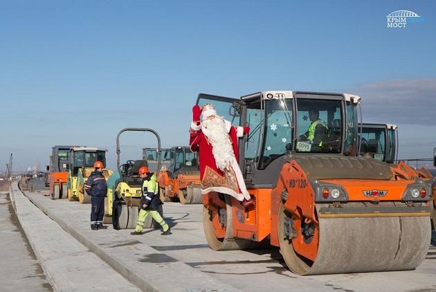 Новый год досрочно? На строительство Керченского моста привезли Деда Мороза 1