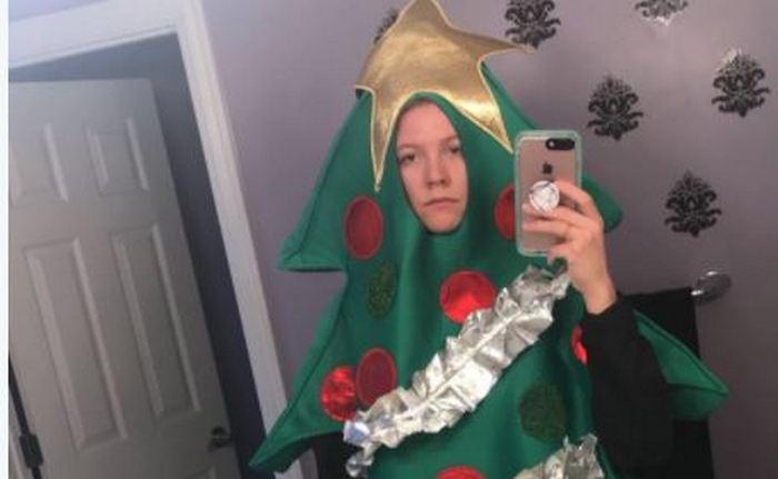 Не заключайте пари в соцсетях: американской студентке пришлось ходить на занятия в костюме елки