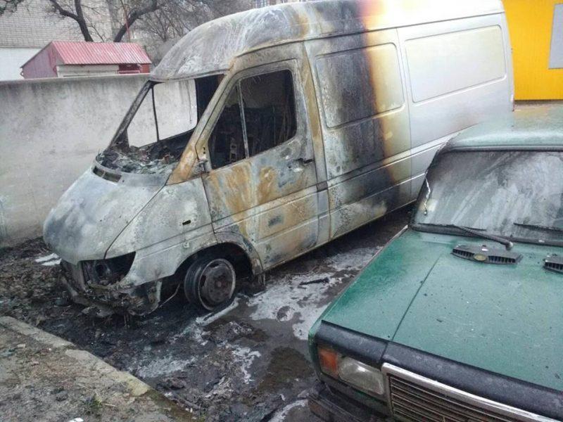 В Первомайске на автостоянке загорелся микроавтобус – пострадал и рядом стоящий ВАЗ