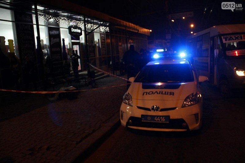 На остановке общественного транспорта в центре Николаева умер бездомный поэт, рядом была женщина, ее госпитализировали