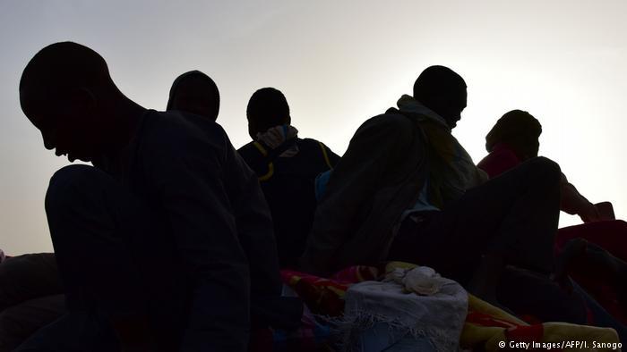 Более 100 мигрантов на резиновой лодке попытались переплыть Средиземное море. 84 человека удалось спасти