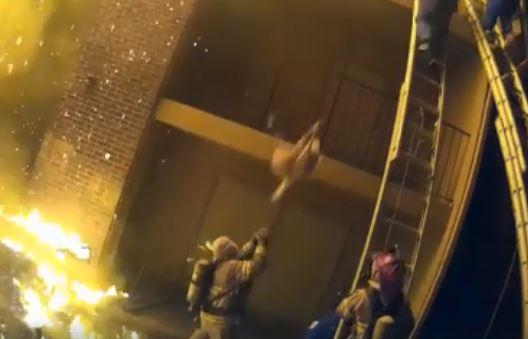 Появилось видео, как пожарник ловит малыша, выброшенного с третьего этажа горящего дома