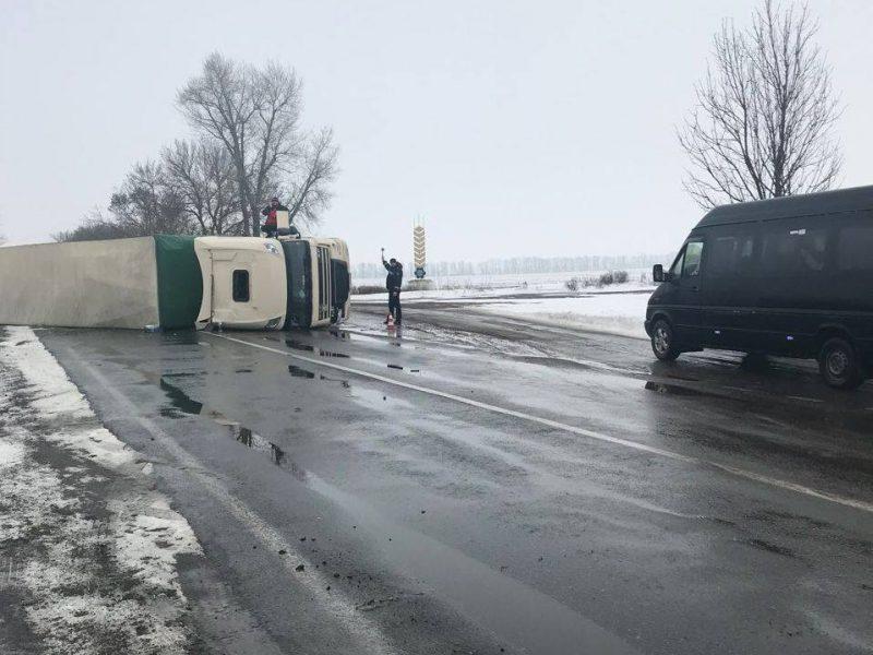 В Николаевской области на скользкой дороге перевернулся DAF с прицепом