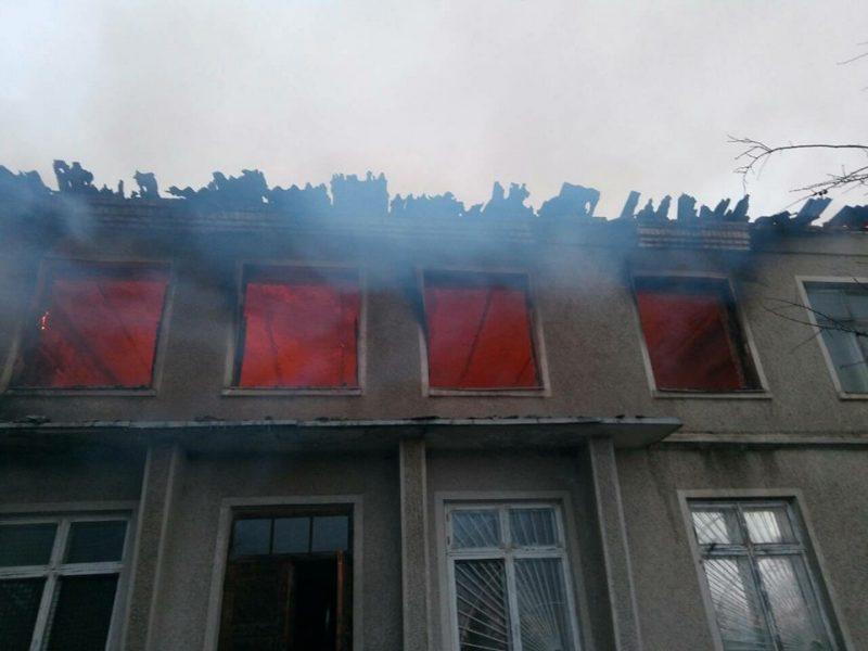 Сгорела крыша и верхний этаж здания в Казанковском районе. Причину еще предстоит установить