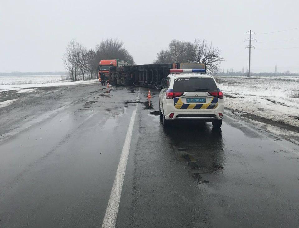 На Николаевской дороге перевернулся грузовик (фото)