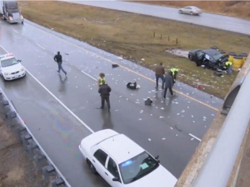 В США инкассаторская машина попала в ДТП – всю дорогу засыпало деньгами