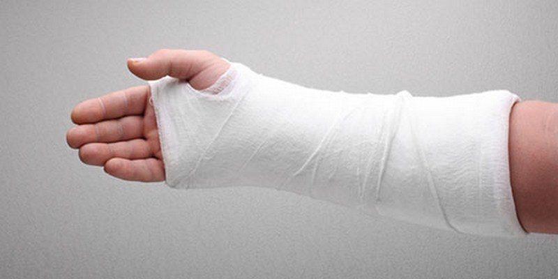 В Ингульском районе Николаева во время рейда по стихийной торговле проверяющей сломали руку