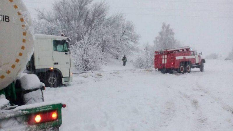 Спасатели Николаевщины высвободили из снежных ловушек 20 автомобилей