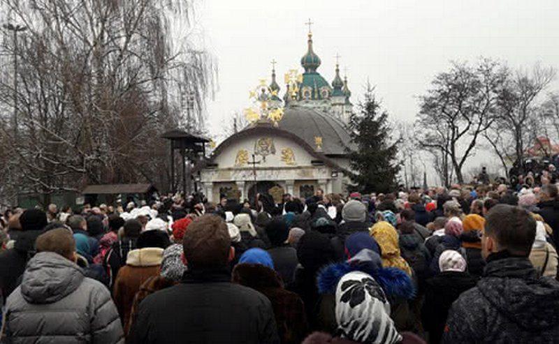 В Киеве активисты требуют снести часовню УПЦ МП, которую возвели возле фундамента Десятинной церкви
