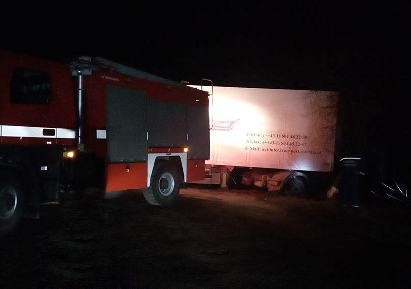 Снова николаевские спасатели вынуждены были вытаскивать грузовики, застрявшие в грязи