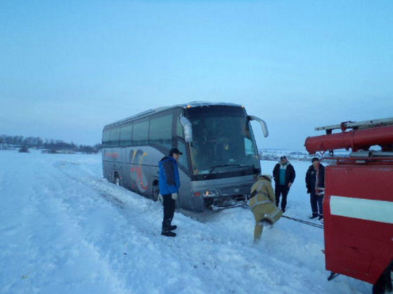 В Киевской области спасатели вытащили из снежного сугроба застрявший автобус с иностранцами