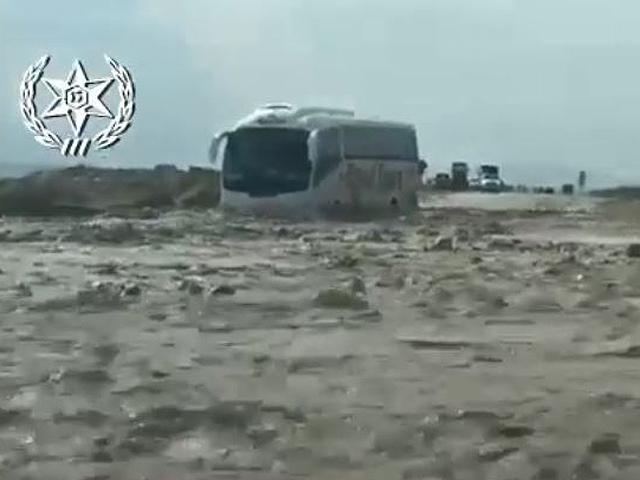 В Израиле вышел из берегов ручей – в грязи застрял автобус с украинскими туристами