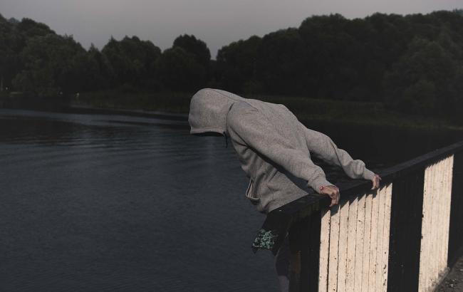 В Николаеве парень проиграл деньги на игровых автоматах и пошел прыгать с моста. Спасли патрульные (ФОТО, ВИДЕО)