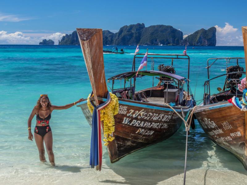 В Таиланде запретили солнцезащитные кремы — от них кораллы бледнеют
