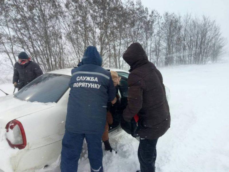 Застрявших под Вознесенском жителей Кропивницкого из снежного плена вызволили николаевские спасатели, а дальше они поехали на поезде