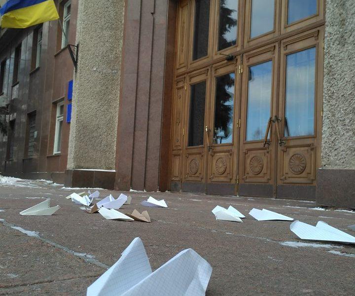 Эхо самоубийства директора Николаевского аэропорта: горожане положили перед входом в Николаевскую ОГА бумажные самолетики